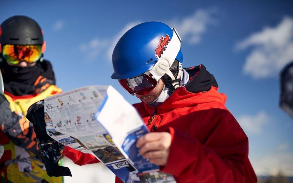mężczyzna na nartach z mapą