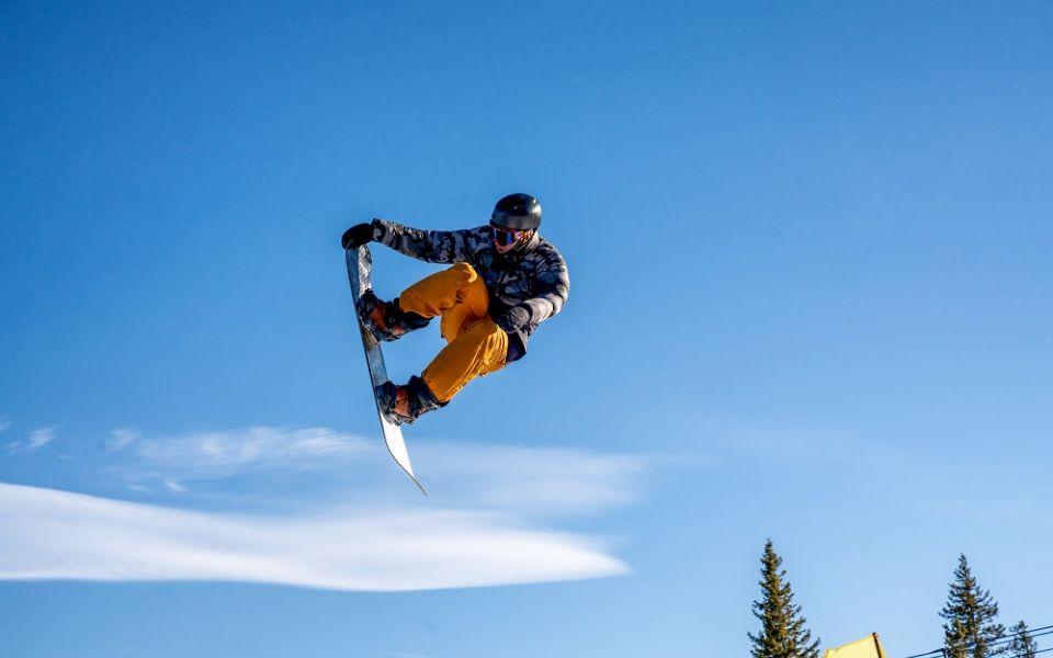 młody snowboardzista