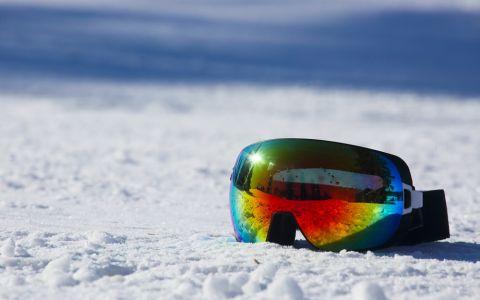 gogle narciarskie na śniegu